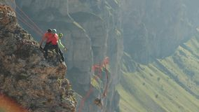 Τρεις ορειβάτες έβγαλαν το φορτίο από το βράχο σε ένα σχοινί απόθεμα βίντεο