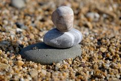 Τρεις πέτρες χαλικιών συσσώρευσαν μια πέρα από άλλη στοκ εικόνες