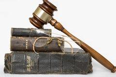 Τρεις παλαιές Βίβλοι δέρματος με Gavel και χωρίς σκελετό παλαιό Glas Στοκ εικόνες με δικαίωμα ελεύθερης χρήσης
