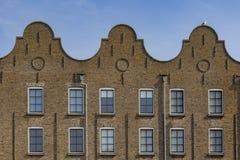 Τρεις παλαιές ολλανδικές αποθήκες εμπορευμάτων με τα αετώματα κουδουνιών σε Schiedam στοκ φωτογραφίες
