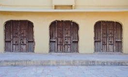 Τρεις παλαιές πόρτες στο Jaipur, Ινδία στοκ εικόνες