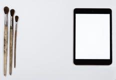 Τρεις παλαιές βούρτσες και μια PC-ταμπλέτα Στοκ εικόνα με δικαίωμα ελεύθερης χρήσης