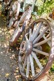 Τρεις παλαιές ξύλινες ρόδες βαγονιών εμπορευμάτων από τις παλαιές ημέρες Στοκ φωτογραφία με δικαίωμα ελεύθερης χρήσης