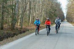 Τρεις ποδηλάτες έξω από την πόλη, γύρος ποδηλάτων άνοιξη στοκ εικόνα με δικαίωμα ελεύθερης χρήσης