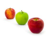 Τρεις ποικιλίες μήλων απομονώνουν στο άσπρο υπόβαθρο Στοκ Εικόνες