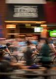 Τρεις ποδηλάτες ορμούν κατευθείαν τη στο κέντρο της πόλης Αθήνα Στοκ φωτογραφίες με δικαίωμα ελεύθερης χρήσης