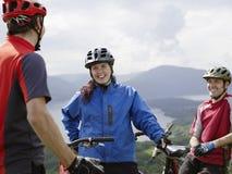 Τρεις ποδηλάτες που χαμογελούν υπαίθρια Στοκ Εικόνες