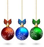 Τρεις πολύχρωμες σφαίρες Χριστουγέννων με τα τόξα που απομονώνονται στο λευκό διανυσματική απεικόνιση
