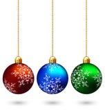 Τρεις πολύχρωμες σφαίρες Χριστουγέννων που απομονώνονται στο λευκό διανυσματική απεικόνιση
