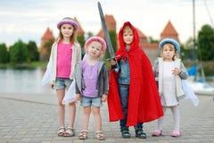 Τρεις πριγκήπισσες και ένας ιππότης που έχει τη διασκέδαση υπαίθρια Στοκ Εικόνες