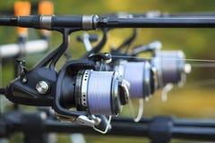 Τρεις ράβδοι αλιείας με την οργάνωση εξελίκτρων στον κάτοχο Στοκ φωτογραφία με δικαίωμα ελεύθερης χρήσης