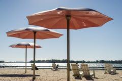 Τρεις??????????? ρόδινες ομπρέλες σε μια παραλία στοκ φωτογραφία με δικαίωμα ελεύθερης χρήσης