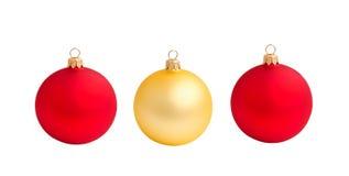 Τρεις σφαίρες Χριστουγέννων κόκκινες και χρυσός που απομονώνεται Στοκ Εικόνες