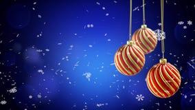 Τρεις σφαίρες Χριστουγέννων που κρεμούν στην κορδέλλα στο μπλε υπόβαθρο χιονιού 4K απεικόνιση αποθεμάτων