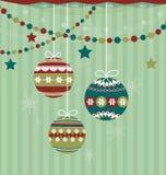 Τρεις σφαίρες Χριστουγέννων στο ριγωτό υπόβαθρο ελεύθερη απεικόνιση δικαιώματος