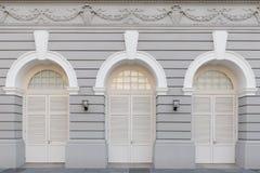 Τρεις σχηματισμένες αψίδα πόρτες στα ιστορικά κτήρια Στοκ Εικόνες
