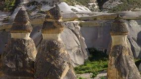 Τρεις σχηματισμοί βράχου με το πάγος-κρέμα-κοίταγμα κορυφές φιλμ μικρού μήκους