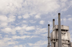 Τρεις σωροί καπνού στις εγκαταστάσεις παραγωγής ενέργειας στοκ φωτογραφία με δικαίωμα ελεύθερης χρήσης