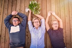 Τρεις σύντροφοι που βρίσκονται στην ξύλινη αποβάθρα στοκ εικόνα
