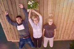 Τρεις σύντροφοι που βρίσκονται στην ξύλινη αποβάθρα στοκ φωτογραφία