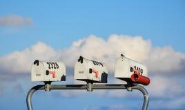 Τρεις ταχυδρομικές θυρίδες χωρών την ηλιόλουστη ημέρα με τα σύννεφα Στοκ Εικόνες