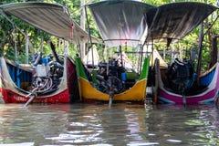 Τρεις ταϊλανδικές με μακριά ουρά βάρκες μηχανών στο κανάλι στοκ εικόνες