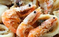 Τρεις τηγανισμένες γαρίδες στο take-$l*away εστιατόριο στοκ εικόνες