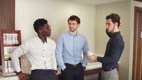Τρεις τρομεροί εργαζόμενοι γραφείων που έχουν τη διασκέδαση κατά τη διάρκεια του διαλείμματος απόθεμα βίντεο