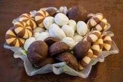 Τρεις τύποι γλυκών σε ένα διαφανές πιάτο στοκ φωτογραφίες με δικαίωμα ελεύθερης χρήσης