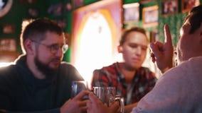 Τρεις τύποι που πίνουν την μπύρα σε ένα μπαρ και συζητούν κάτι απόθεμα βίντεο