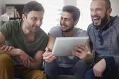 Τρεις τύποι που χρησιμοποιούν την ταμπλέτα Στοκ Φωτογραφία