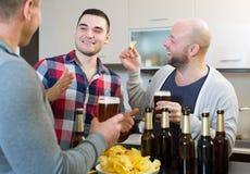 Τρεις τύποι στο κόμμα σπιτιών Στοκ εικόνες με δικαίωμα ελεύθερης χρήσης