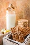 r Τρεις τύποι ψωμιών διατροφής Το εναέριο ψωμί φαγόπυρου, το τραγανοί ψωμί σίτου και ο ηλίανθος πασπαλίζουν με ψίχουλα σε ένα εκλ στοκ φωτογραφία με δικαίωμα ελεύθερης χρήσης