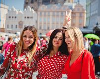 Τρεις φίλες στο stree της Πράγας στοκ φωτογραφία με δικαίωμα ελεύθερης χρήσης