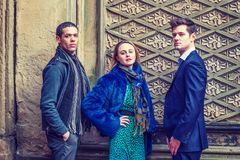 Τρεις φίλοι: Δύο νεαροί άνδρες και μια νέα γυναίκα Στοκ φωτογραφίες με δικαίωμα ελεύθερης χρήσης