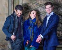 Τρεις φίλοι: Δύο νεαροί άνδρες και μια νέα γυναίκα Στοκ Εικόνες