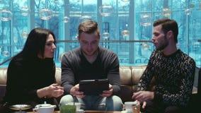 Τρεις φίλοι που μιλούν στο ξενοδοχείο απόθεμα βίντεο