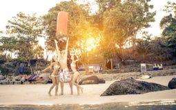 Τρεις φίλοι στην παραλία με το φανάρι Στοκ Φωτογραφίες