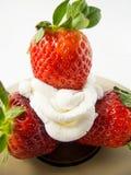 Τρεις φράουλες και κρέμα σε ένα πιάτο Στοκ φωτογραφίες με δικαίωμα ελεύθερης χρήσης