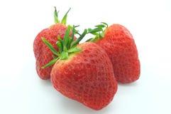 Τρεις φράουλες που απομονώνονται στο άσπρο υπόβαθρο Στοκ εικόνα με δικαίωμα ελεύθερης χρήσης