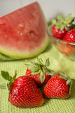 Τρεις φράουλες Huelva σε ένα πράσινο τραπεζομάντιλο Στοκ φωτογραφία με δικαίωμα ελεύθερης χρήσης