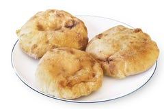 Τρεις φραντζόλες ψωμιού Pita στο άσπρο πιάτο - που απομονώνεται στο λευκό Στοκ Φωτογραφία