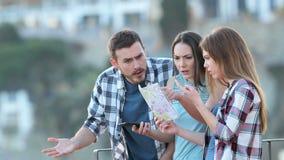 Τρεις χαμένοι τουρίστες που υποστηρίζουν ελέγχοντας το χάρτη απόθεμα βίντεο