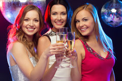 Τρεις χαμογελώντας γυναίκες με τα γυαλιά σαμπάνιας Στοκ Φωτογραφία