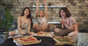 Τρεις χαρισματικές κυρίες στο σπίτι στο παιχνίδι κρεβατοκάμαρων σε ένα παιχνίδι PlayStation που τρώει την πίτσα και που επιταχύνε φιλμ μικρού μήκους