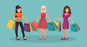 Τρεις χαρούμενες γυναίκες με τις αγορές μεγάλη πώληση στοκ φωτογραφία με δικαίωμα ελεύθερης χρήσης