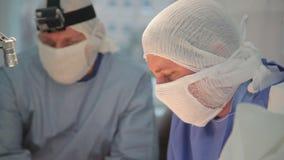Τρεις χειρούργοι στην εργασία απόθεμα βίντεο
