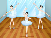 Τρεις χορευτές μπαλέτου που χορεύουν μέσα στο στούντιο Στοκ φωτογραφία με δικαίωμα ελεύθερης χρήσης
