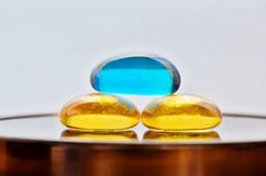 Τρεις χρωματισμένες πέτρες γυαλιού με μια έννοια zen στοκ φωτογραφία