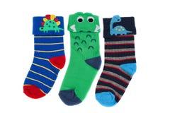 Τρεις χρωματισμένες το s κάλτσες παιδιών `, απομονώνουν στοκ εικόνα